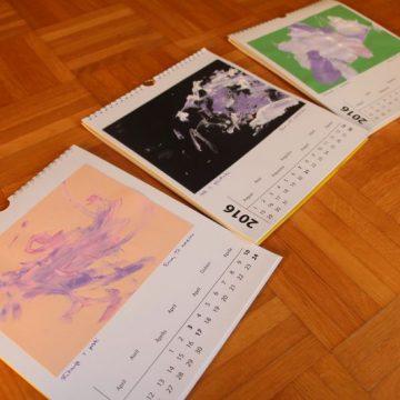 DIY novoletno darilo za stare starše: koledar z Eminimi likovnimi izdelki