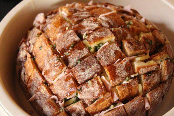 Kruh s česnom, sirom in šunko – zvezda omizja