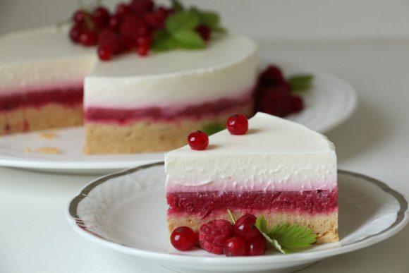 Nebeška jogurtova tortica z ribezom in malinami