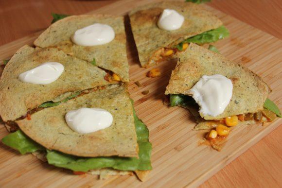 Prigrizek, ki očara – dvojne tortilje z zelenjavnim nadevom in mesom