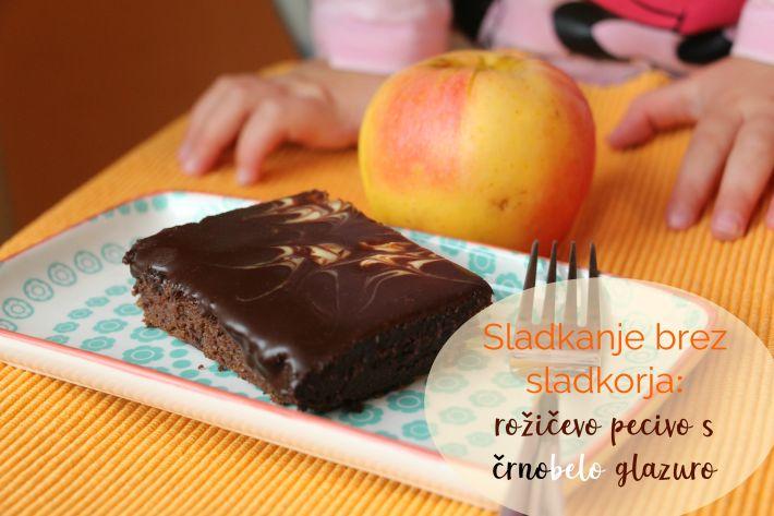 Sladkanje brez sladkorja: rožičevo pecivo s črnobelo glazuro