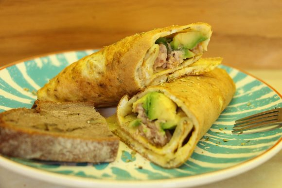 Jajčna omleta z avokadom in tuno