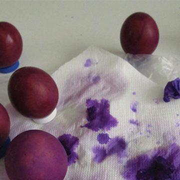 Velika noč: težave pri barvanju pirhov z naravnimi barvili