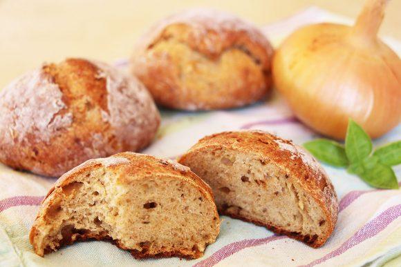 Slastni čebulni kruhki s skuto in zelišči